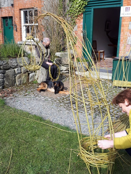 Relaxed, paced willow workshop combined with sunshine